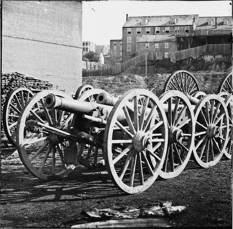 2731 Captured Rebel Guns at the Rockets, Richmond VA.jpg (25552 bytes)